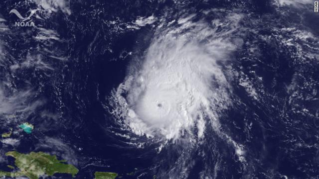 El huracán Ophelia se fortalece a categoría 3