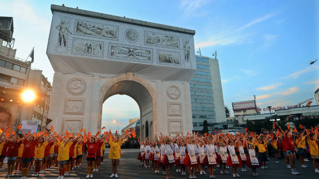 Children perform in front of a triumphal arch, for the ceremony of Independence on September 8,2011.
