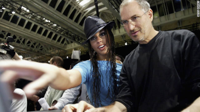 Jobs shows R&B singer Alicia Keys how to use iTunes in London in 2004.
