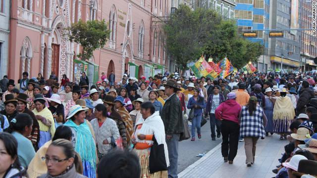Miles de personas marchan en apoyo a Evo Morales en Bolivia
