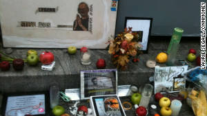 Apple fans in New York created a makeshift memorial to Steve Jobs on Friday morning.