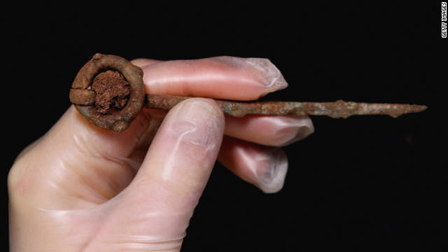 A bronze ring pin, believed to have come from Ireland, was also found in the grave, alongside a whetstone from Norway, and pieces of Viking pottery.