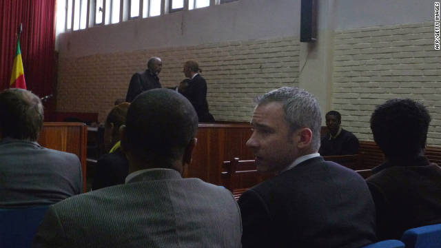 Swedish journalist Martin Schibbye (2-R) talks to his lawyer at an Ethiopian courtroom, on November 1, in Addis Ababa.