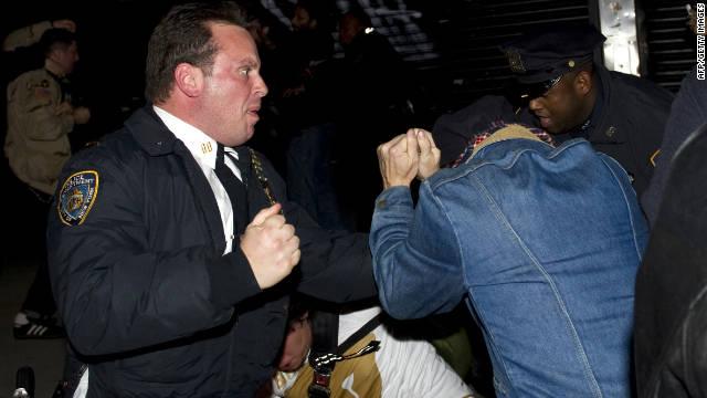 """La policía desaloja a los manifestantes de """"Ocupa"""" del parque Zuccotti de Nueva York"""