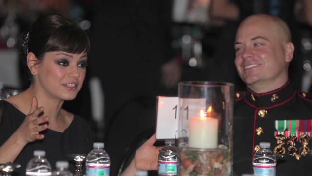 La actriz Mila Kunis cumple su promesa de salir con un soldado de EE.UU.