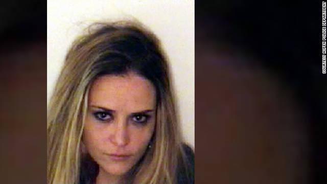 Arrestan a la ex esposa de Charlie Sheen por asalto y posesión de cocaína