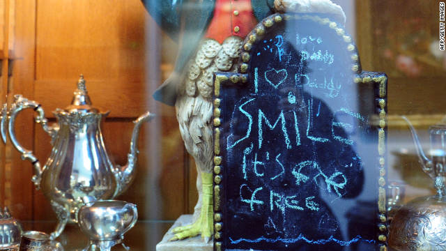 "A chalkboard left behind in Jackson's kitchen retains notes written by the singer's children. The note, attached to a 26-inch-tall ceramic rooster, reads ""love Daddy/ I (heart) Daddy/ Smile it's for free."""