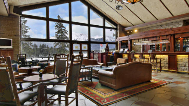 Elk, deer and wildlife roam free on the golf course at Jasper Lodge. Should an elk disrupt your chip to the green, a relaxing drink at the resort's luxurious Emerald Lounge bar is sure to calm your nerves!