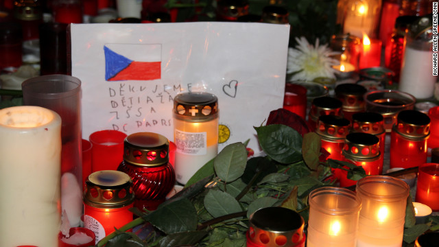 Schoolchildren drew the Czech flag and left simple messages of thanks.