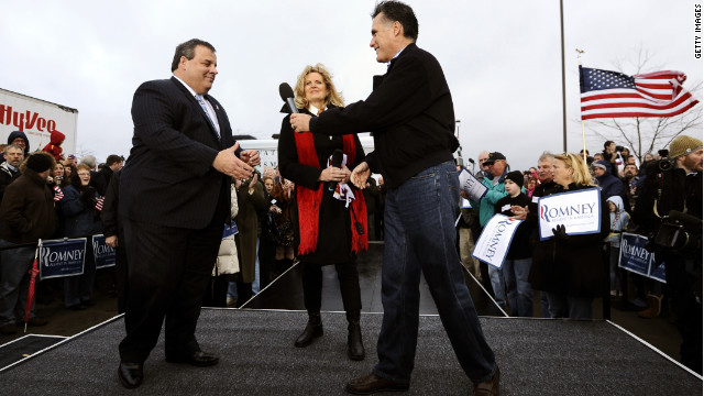 Mitt Romney hands the mic off to Chris Christie during a rally in the final days before the Iowa caucuses.