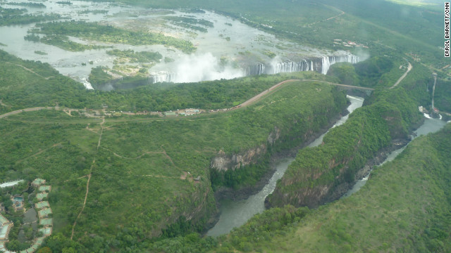 The magnificent Victoria Falls are 1.7 kilometers wide and straddle the border of Zambia and Zimbabwe. In February and March, more than 500 million liters of water can spill over the falls each minute.