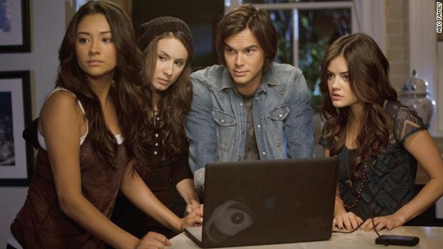 'Pretty Little Liars': The black hoodie strikes again