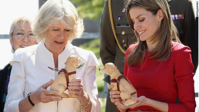Una silla de camello, perros de juguete, gorras de béisbol…los regalos de la realeza