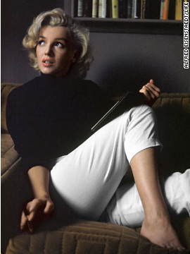 Alfred Eisenstaedt photographed Marilyn Monroe at home in California in 1953.