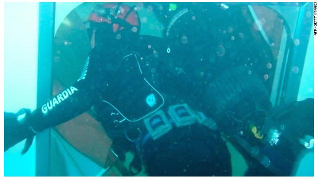 «El crucero Costa Concordia es un laberinto oscuro y frío», cuenta buzo