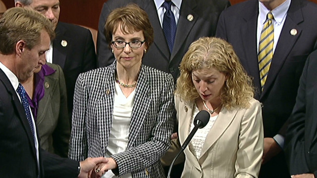 Gabrielle Giffords renuncia al Congreso de EE.UU.