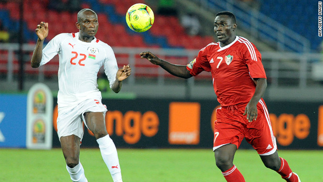 Sudan's Agab Ramadan (R) vies for the ball with Burkina Faso's Saidou Mady during the match in Bata.