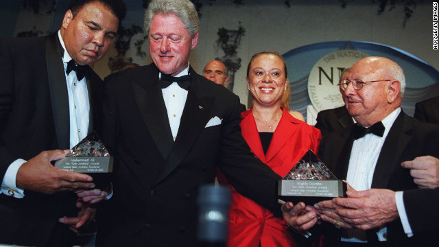 In 2000, U.S. President Bill Clinton presented Ali and Dundee with the National Italian American Foundation One America award. Born in Philadelphia, Dundee had Italian ancestry.