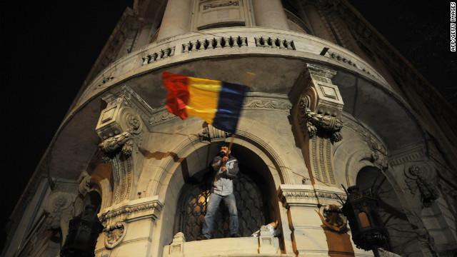 El primer ministro de Rumania renuncia tras semanas de protestas