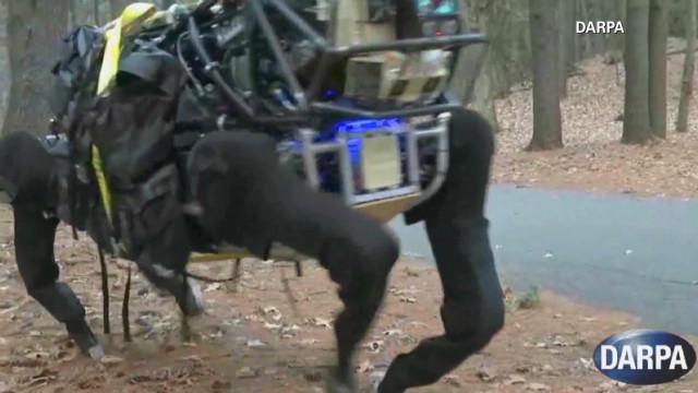 """Un robot-mula """"aminora"""" la carga del ejército estadounidense en combates"""
