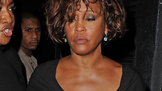 Whitney Houston habría sido vista ingiriendo mucho alcohol días previos a su muerte
