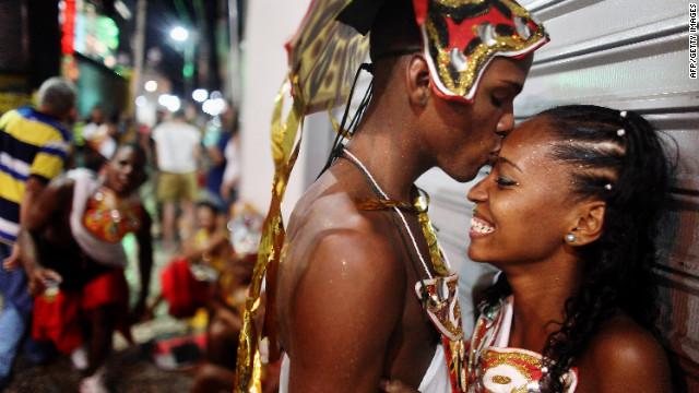 """Brasil se """"protege"""" regalando tres millones de condones en el Carnaval"""