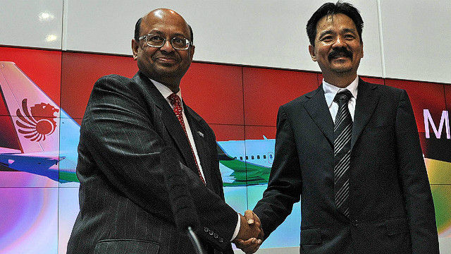 Rusdi Kirana (R), Lion Air founder, shakes hands with Dinesh Keskar (L) of Boeing at the Singapore Airshow on February 14, 2012.