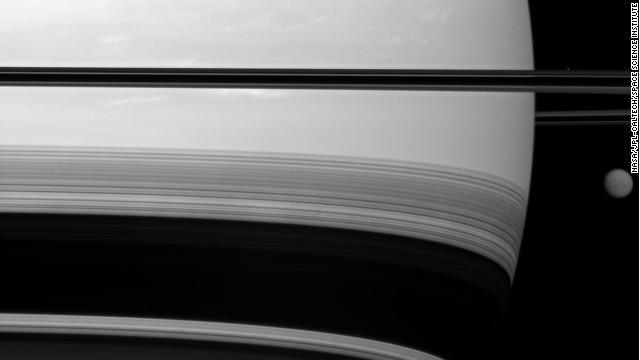 """FOTO: El gigante espacial Saturno y el """"diminuto"""" Titán"""