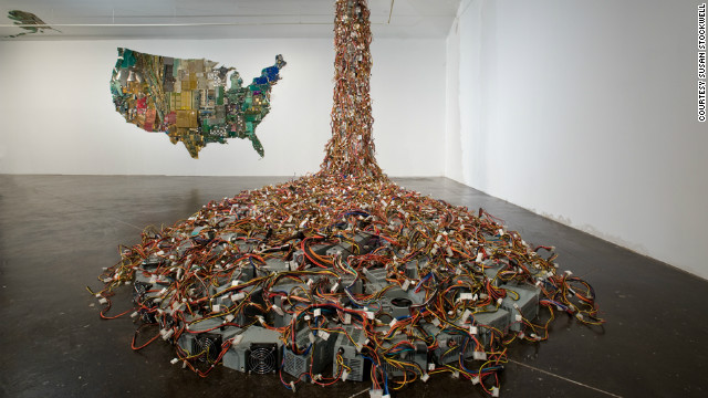 Recycled computer motherboards and electrical parts have been transformed into an entire continent in <a href='http://www.susanstockwell.co.uk/' target='_blank'>Susan Stockwell</a>'s remarkble map of America, while discarded monitors flood from the ceiling as part of this installation for the American Art League in Houston.