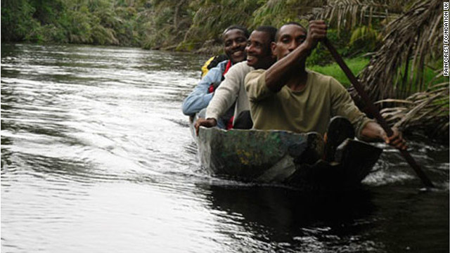 Mapping facilitators from the Rainforest Foundation on the Ntem River, in the Minkeb Forest area.