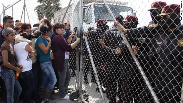 Felipe Calderón promete acabar con el hacinamiento en las prisiones