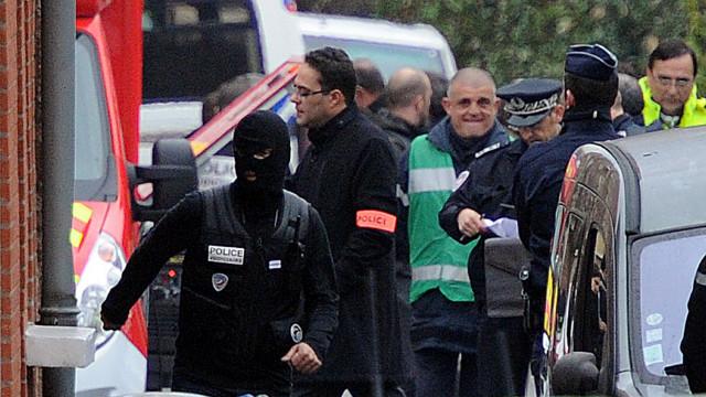 Sospechoso de asesinatos en Francia está acorralado; dice ser de Al-Qaeda