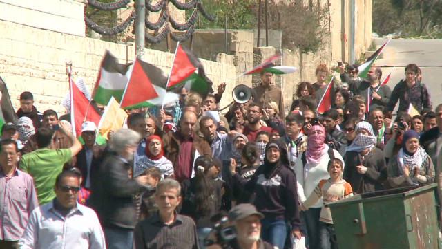 Fuerzas israelíes se enfrentan con palestinos durante el Día de la Tierra