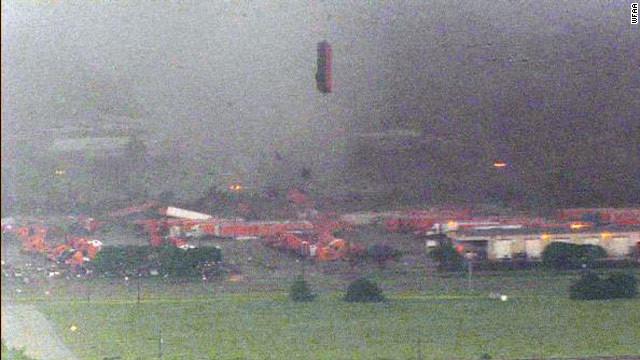 Rescatistas buscan personas atrapadas y evalúan daños por los tornados en Dallas