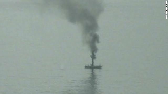 """Guardia Costera de EE.UU. hunde un """"barco fantasma"""" japonés arrastrado por el tsunami"""