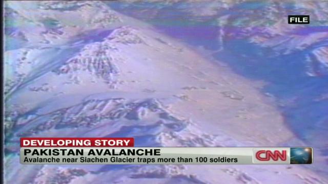 Una avalancha sepulta a más de 100 soldados paquistaníes