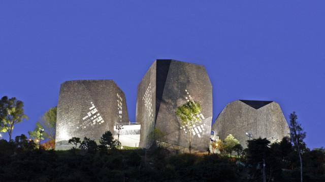 El Parque Biblioteca de España was designed by Bogotá-based architect Giancarlo Mazzanti.