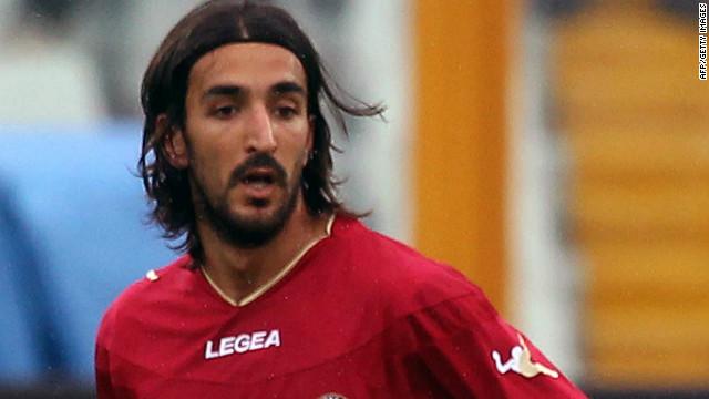 Futbolista italiano muere tras sufrir un colapso durante partido de la serie B
