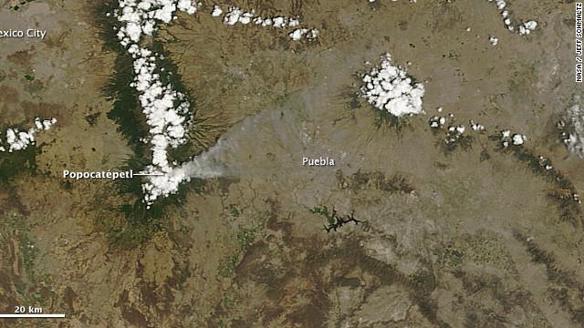 """El """"Popo"""" dibuja una gigantesca pluma de ceniza en el cielo mexicano"""