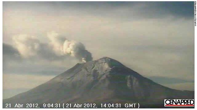 El Popocatépetl tuvo exhalaciones de vapor y material incandescente