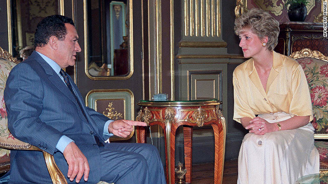 Diana, Princess of Wales, visits Mubarak in 1992 during a trip to Egypt.