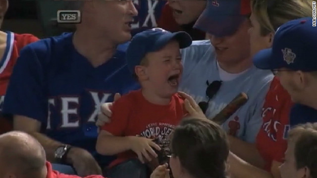Cómo arrancarle una sonrisa a un niño con una pelota de béisbol