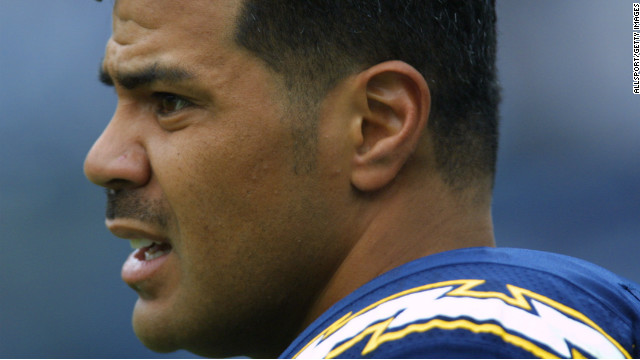 Seau gets ready for a game against the Buffalo Bills in San Diego in 2001.