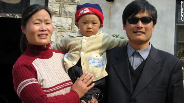 Activista chino salió de embajada de EE.UU. por amenazas, según amigo