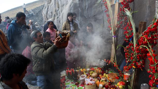 """Pobladores tratan de conjurar la furia del """"Popo"""" con ofrendas"""