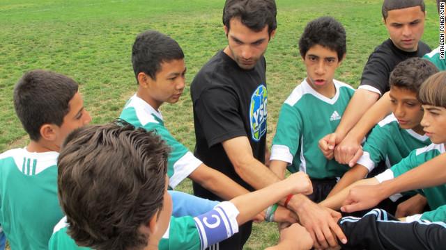 Jóvenes refugiados en EE.UU. se integran a través del futbol
