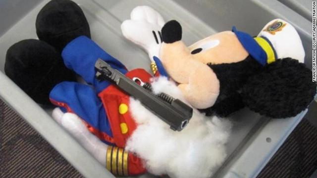 Descubren piezas de una pistola en animales de peluche en el aeropuerto de Rhode Island