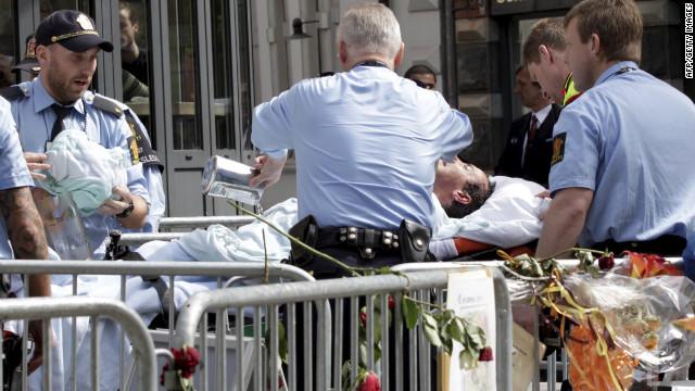 Un hombre se prende fuego afuera de la corte donde Breivik es juzgado
