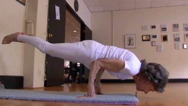 Una profesora de yoga de 93 años