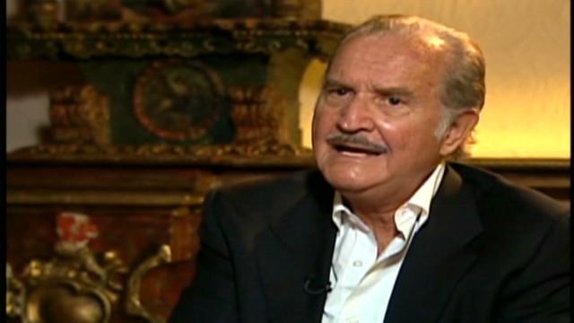 El escritor mexicano Carlos Fuentes entre la alegría y la tragedia